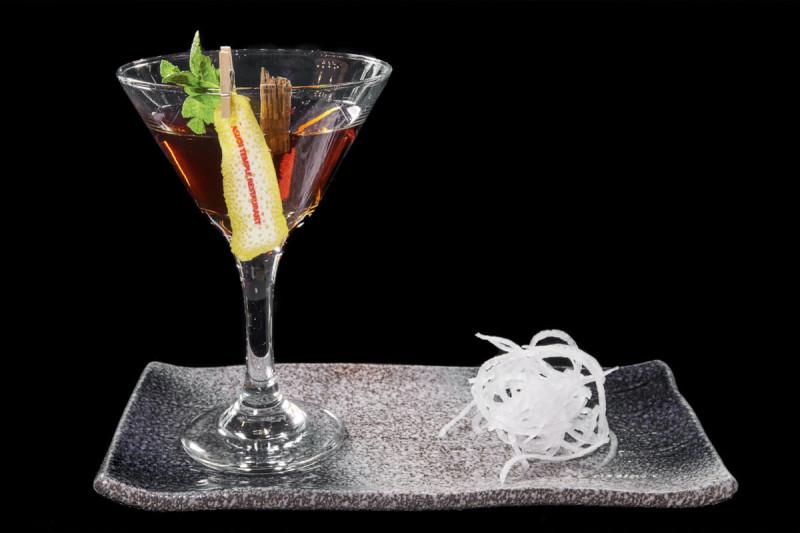 3 GUNY - s bukovými třískami stařený aperitiv, ze saké, whisky, rosa a cardamonu. Vhodný ke všem jídlům..