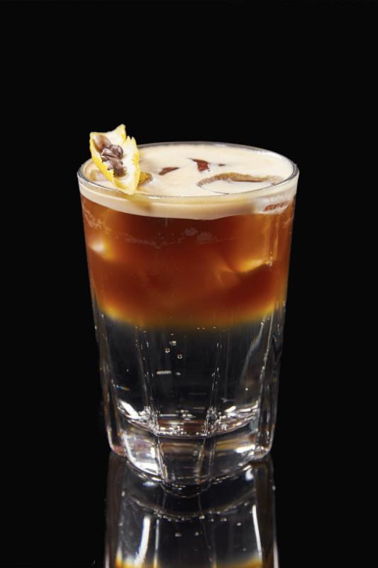 Coffee and Tonic - vzájemná hořkost obou ingrediencí se promění v příjemně citrusový a osvěžující drink. Tato netradiční kobinace před 3 lety ohromila celou východní asii, dnes se míchá po celelém svě