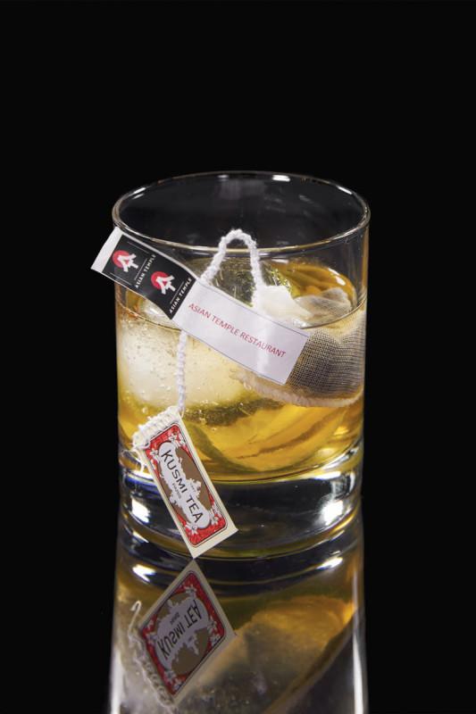 OLD FASHIONED WITH SMOKE TEA - excelentní asijský rum, připravený jako old fashioned a infuzovaný čajem Lapsang Souschong, který je nauzen kouřem z kořenů borovice